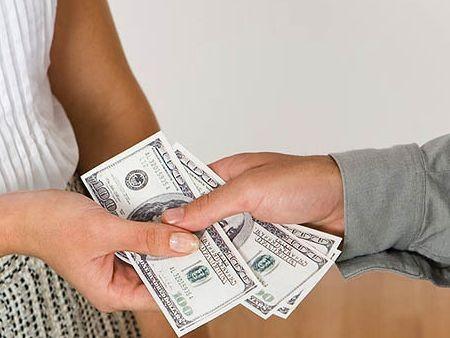 Peníze předávané z ruky do ruky