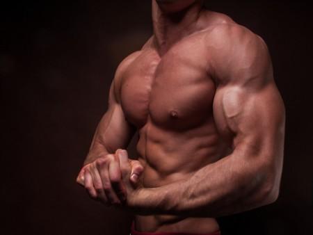 Muž ukazuje biceps