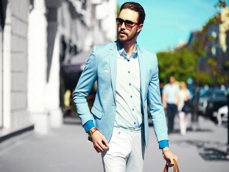 Muž v modrém saku